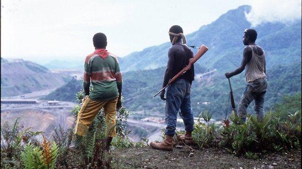 Guerrilleros del BRA ante la mina Panguna