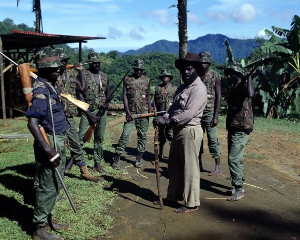 Francis Ona, en el centro de la imagen con sombrero marrón, dirigiendo a los guerrilleros del BRA