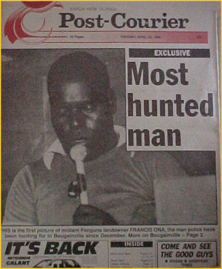 """Imagen de Francis Ona en un periódico papuano, bajo el titular de """"El Hombre más perseguido"""""""