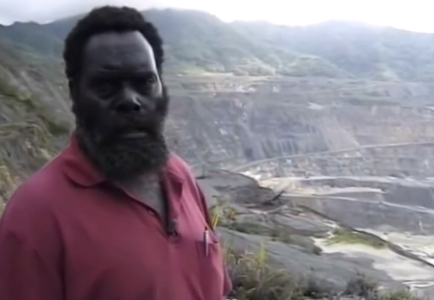 Francis Ona, frente a la mina Panguna