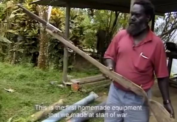 Francis ona mostrando en un documental las primeras armas improvisadas por el BRA