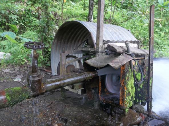 Generador hidroeléctrico improvisado, fabricado con elementos reciclados por la población de Bougainville durante el bloqueo