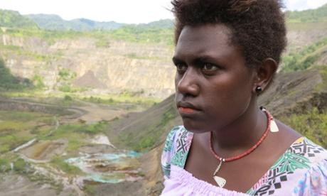 residente de bougainvill frente a la mina panguna