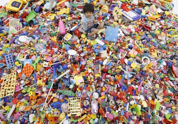hiroshi fuji recycled toys 8 - LA MUERTE DEL SUEÑO COLECTIVO