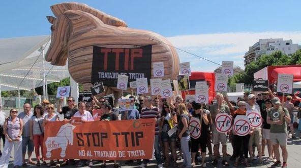 Realizan-performance-TTIP-caballo-Troya_TINIMA20150620_0132_5