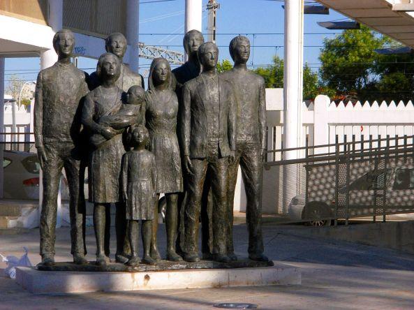 1280px-Monumento_11M,_Alcalá_de_Henares,_España_(15)